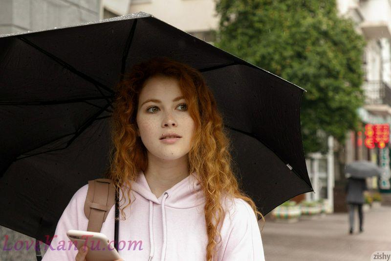 红发女郎泼妇在公共场合炫耀她的乳房