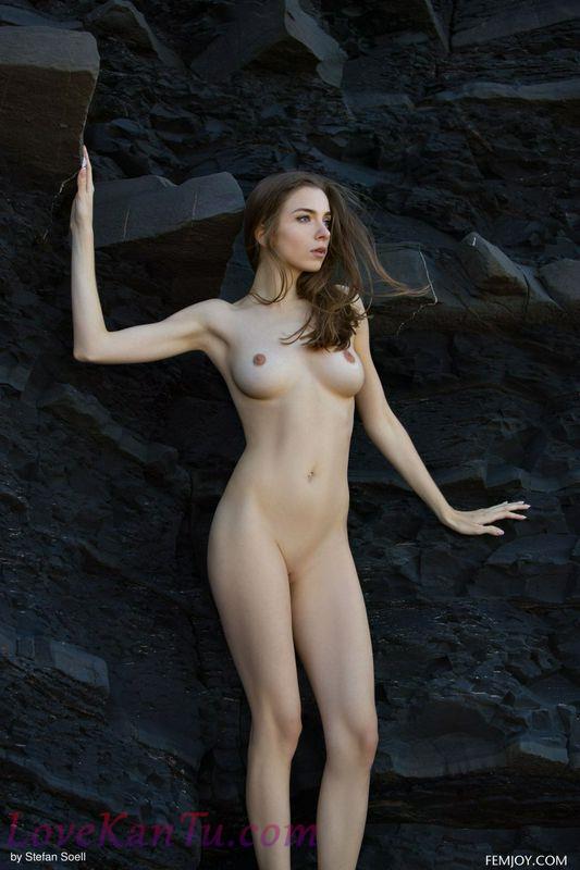 悬崖峭壁下山坳中的性感尤物